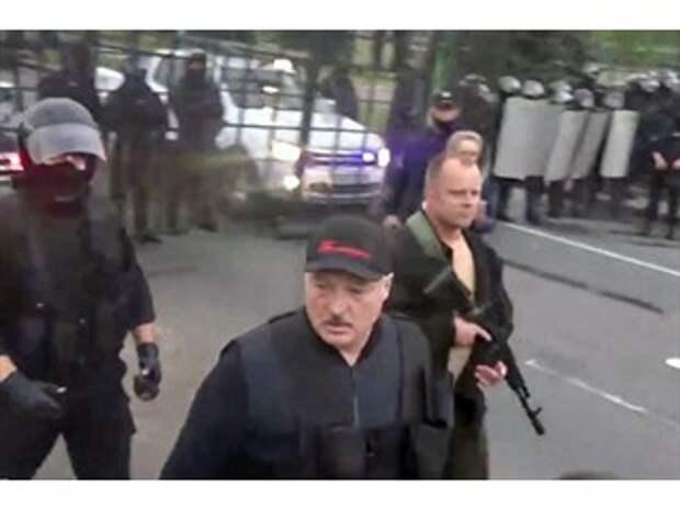 Лукашенко с автоматом затмил марш оппозиции