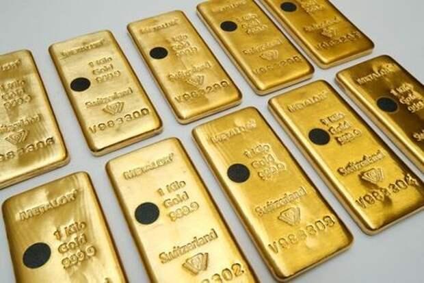 Золотые слитки на предприятии швейцарской компании Metalor в Марене, Швейцария, 5 июля 2019 года. REUTERS/Denis Balibouse
