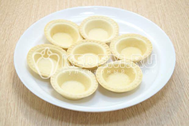 Готовые тарталетки выложить на блюдо.