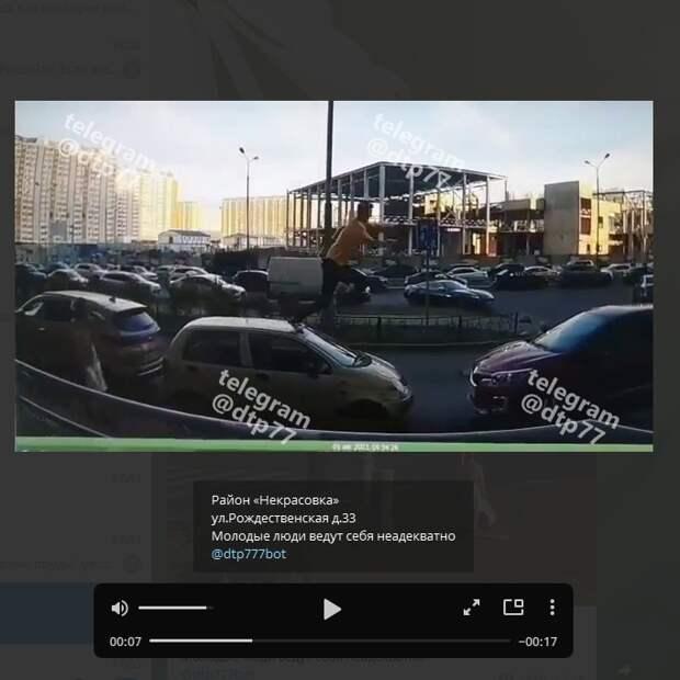 Хулиганы в Некрасовке сорвали дорожные знаки и попрыгали на автомобилях