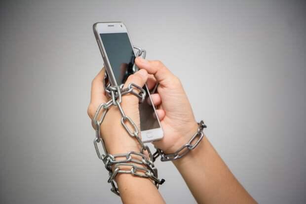 Не можете оторваться от смартфона? Исследование связывает это с чувством неполноценности