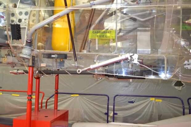 Установка левой пушки DEFA 553 калибра 30 мм внизу средней части фюзеляжа. На конец ствола пушки надет локализатор, который препятствует попаданию горячих пороховых газов на внешнюю обшивку самолета и в воздухозаборник. Первое ведет к порче краски и коррозии металла (пороховые газы содержат соли азотной кислоты), а второе может вызвать «провал тяги» или даже выключение двигателя. Потому при стрельбе из пушек или пуске ракет автоматически проходит команда на подачу в основную камеру сгорания порции кислорода из баллона и на включение турбостартера для повторного запуска двигателя при резком снижении его оборотов.