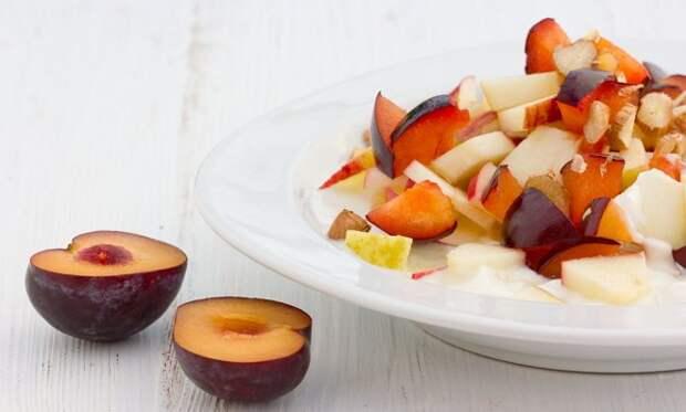 Салат из слив и яблок фото