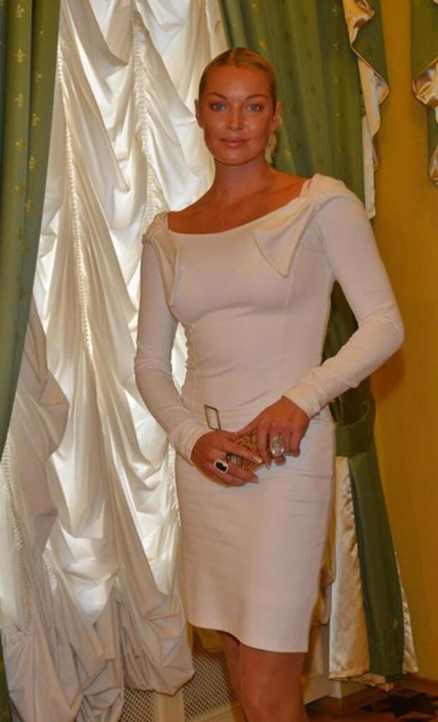 Снова за старое: голая Анастасия Волочкова прикрылась веником в купели