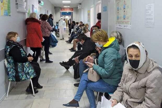 люди ждут прием в больнице