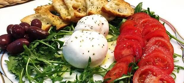 салат с сыром буррата и рукколой