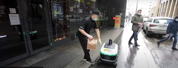 Роботы начали доставлять еду на дом москвичам
