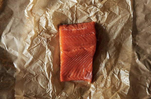 Разморозка рыбы без микроволновки. Кладем в пакет, а потом в миску с ледяной водой