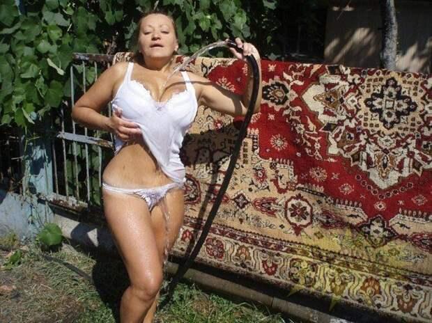 В каждую фотографию они стараются добавить немного эротики девушки, деревня, ествественность, прикол, село, юмор