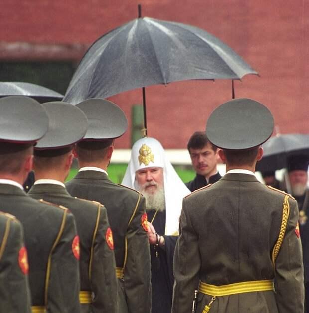Больше всего россияне доверяют армии и церкви и не любят Госдуму