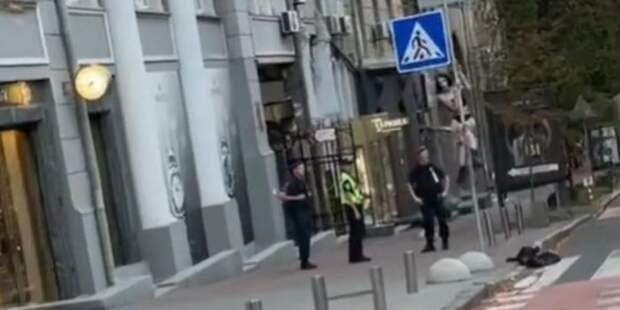 Девушка разделась прямо на улице, станцевав на дорожном знаке стриптиз для полицейских