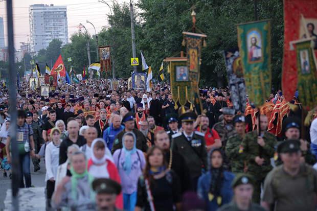 100 тысяч человек прошли ночным крестным ходом в память о Царской семье