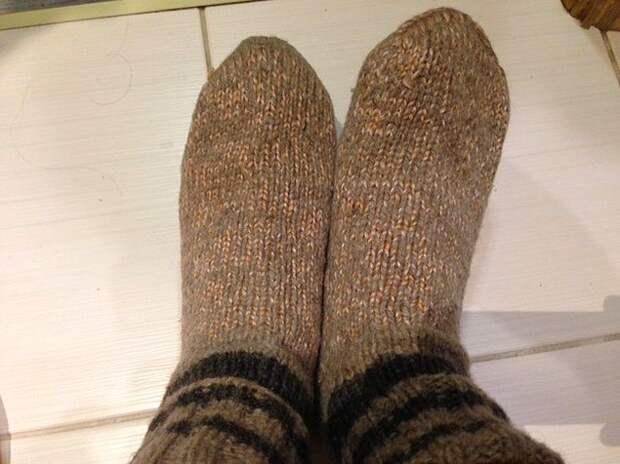 Бабушки вязали внукам носки, и одной парой, как вы понимаете, тут дело не ограничивалось