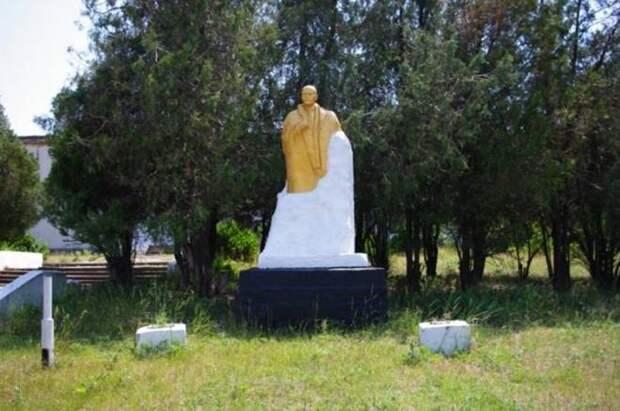 Крымская глушь: все разграблено, но Ленин жив