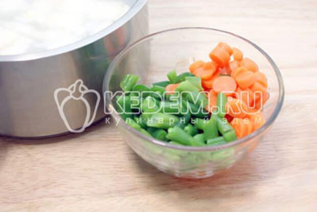 Добавить мелко порезанную стручковую фасоль и морковь. Варить до готовности овощей. Посолить и  добавить перец. Если вы не любите остроту, то лучше положите по меньше перца