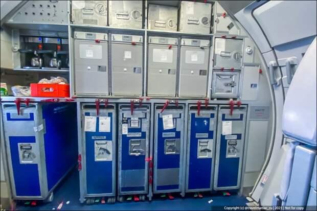 Что в ящиках на кухне у стюардесс в самолёте