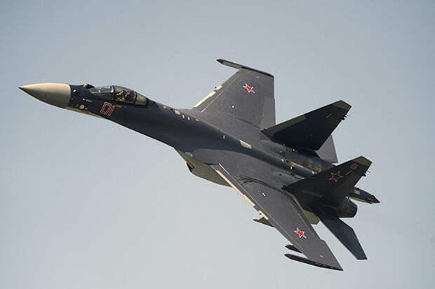 Истребители Су-35С поднимались в небо для сопровождения самолета США