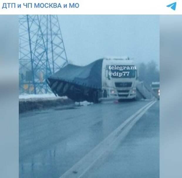 На Ленинградском шоссе фура «прилегла отдохнуть»