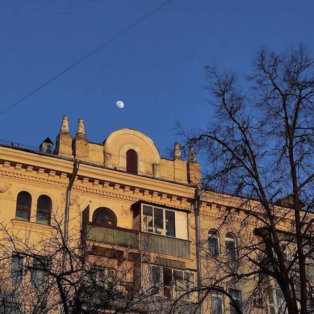 Фото дня: над Марьиной рощей взошла прозрачная луна
