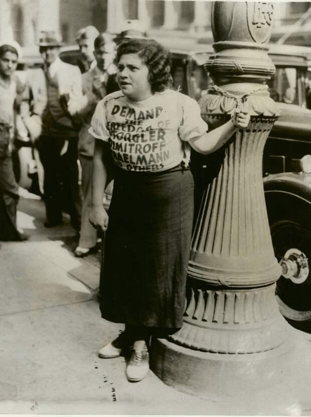 1933.Мария Брукс приковала себя наручниками к фонарному столбу в знак протеста против суда над поджигателями рейхстагаФиладельфия,