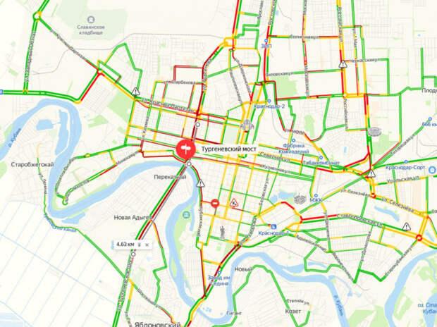 На улице Тургенева в Краснодаре образовалась огромная пробка