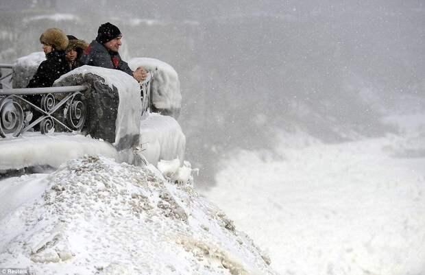 Туристы съезжаются посмотреть на «замерзший» Ниагарский водопад