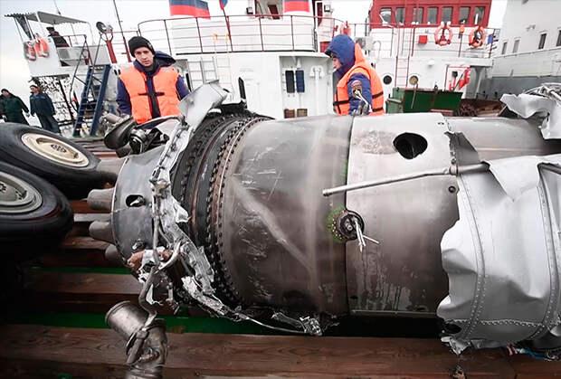 Фрагменты Ту-154, поднятые со дна.