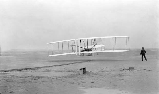 17 декабря 1903 года состоялся первый в мире подтвержденный полёт на самолёте