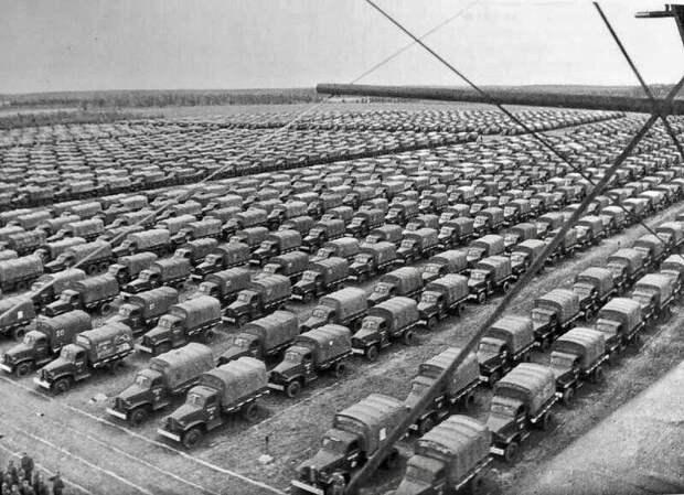 Развернутый резерв 1-й советской армии. Целое море американских грузовиков (и ни одного отечественного автомобиля)
