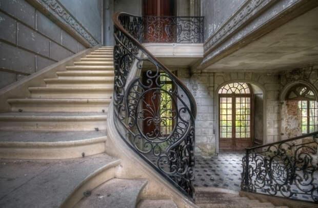 abandonedstairs_3-59da2d6410ac5__880