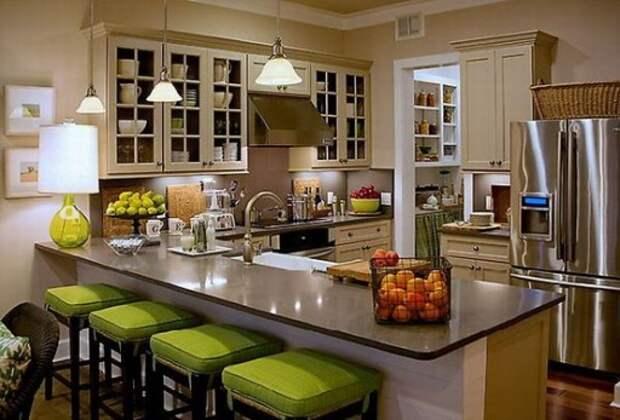 Угловой кухонный гарнитур с барной стойкой в классическом стиле