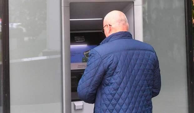 Россияне массово забирают деньги из банков: сняли более миллиарда долларов
