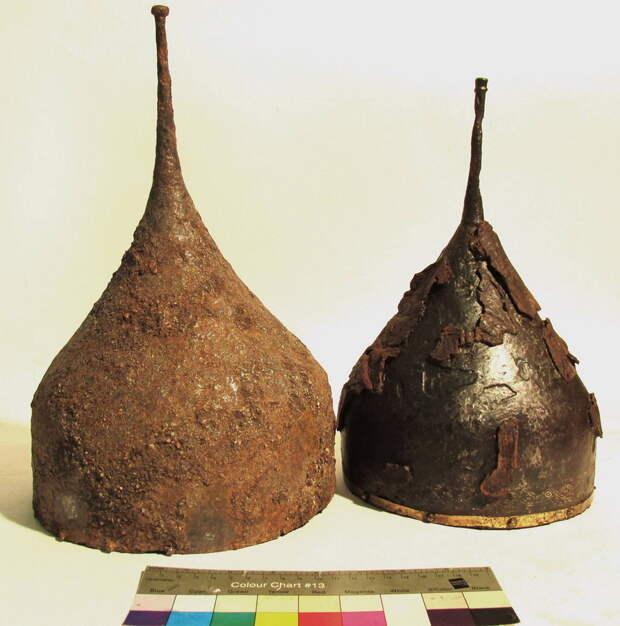 Два шелома XVI века, найденные в Звенигороде в 2016 году. Вместе со шлемами сохранились кожаные чехлы, тканевые подкладки и инкрустированные науши. swordmaster.org - Шелом, шишак и прочие мисюрки | Warspot.ru