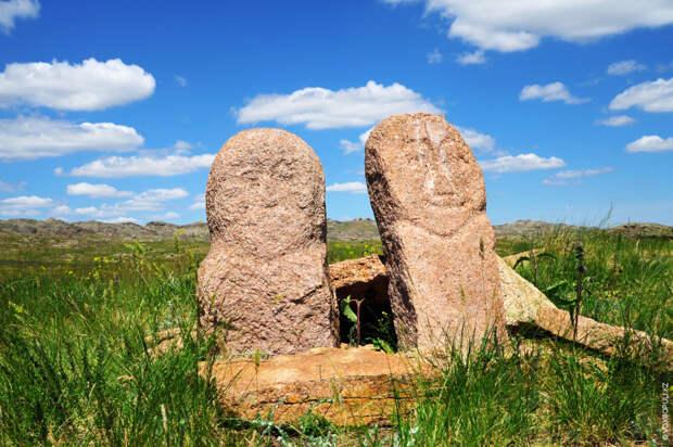 Каменные изваяния в горах Шынгыстау. Ученые считают, что многие изваяния относятся к первоначальному периоду установления памятников...