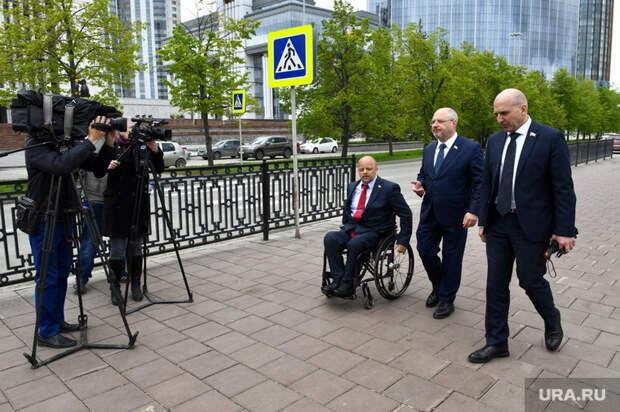 Депутаты Госдумы в сквере возле Театра Драмы.Екатеринбург