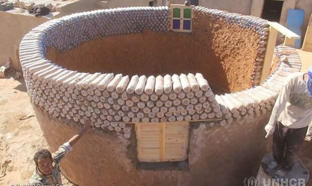 Мужчина построил 25 домов из пластиковых бутылок