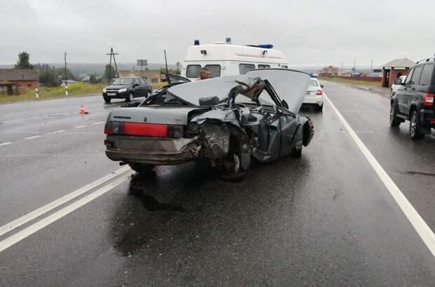 Не успевший затормозить водитель фуры устроил смертельное ДТП в Удмуртии