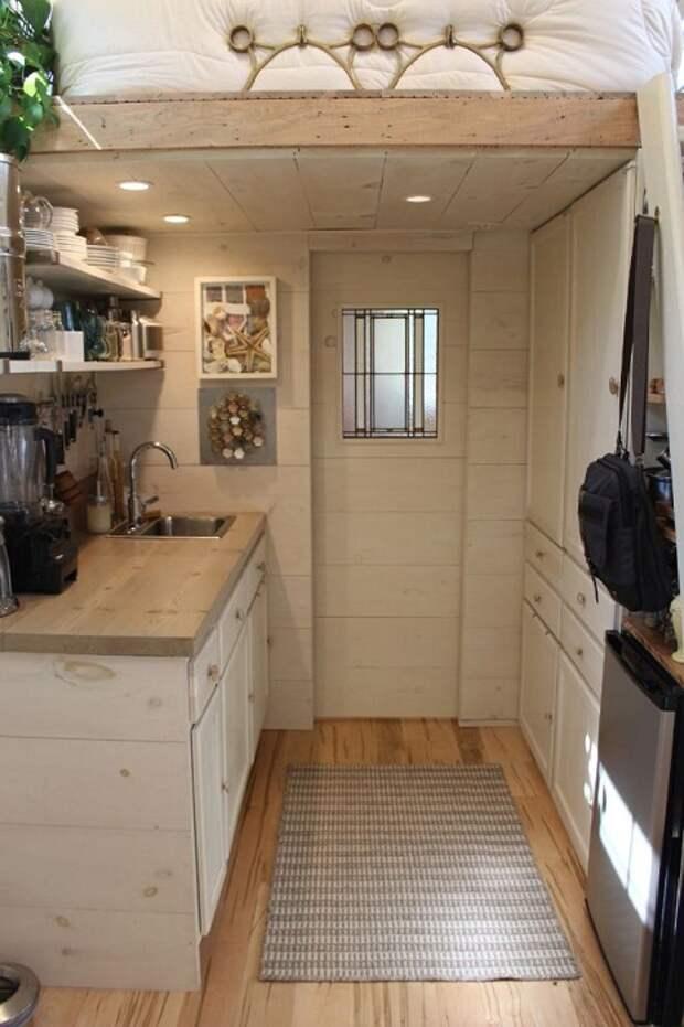 В мини-домике есть благоустроенная кухня.