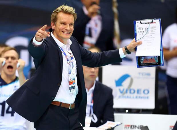Сборная России до трех ночи не знала, что ей в 9 утра играть в четвертьфинале, сообщил тренер. Но наши волейболисты не дрогнули и всухую обыграли канадцев. В полуфинале их ждут чемпионы Рио