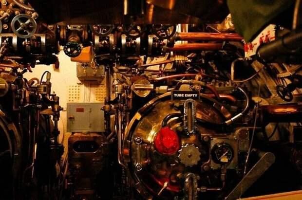 Торпедные аппараты в USS Torsk SS-423. Это подводная лодка потопила множество судов во вторую мировую и была списана в 1968 году: армия, подводные лодки, флот