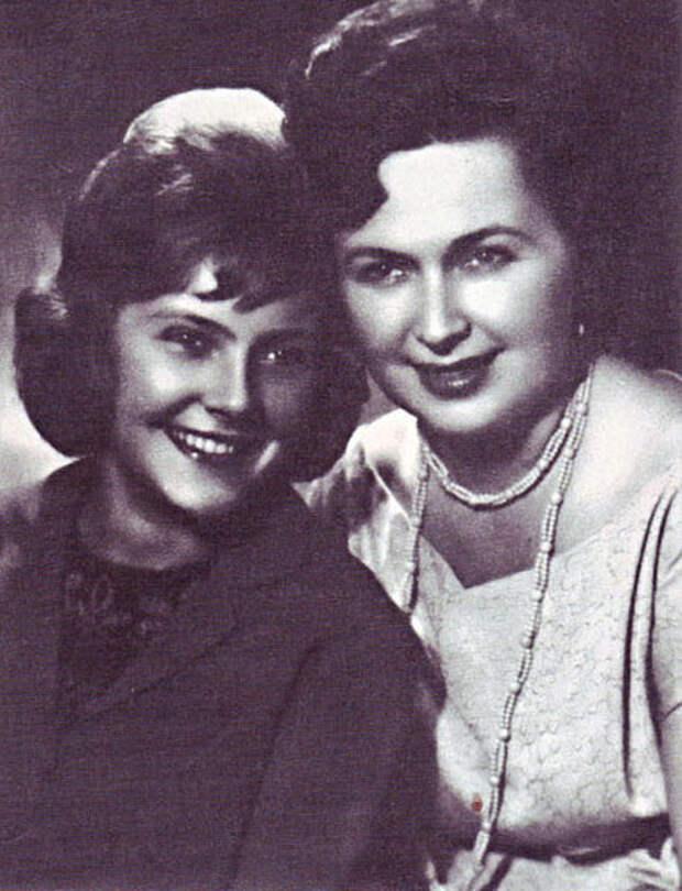 Нина Маслова с матерью. Фото: kino-teatr.org