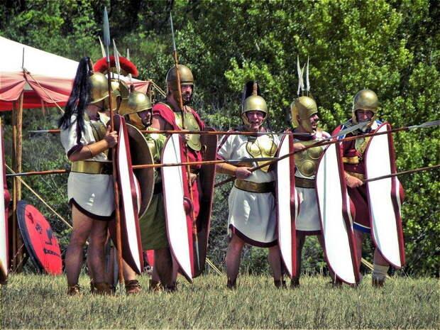 Римские тяжеловооружённые воины IV–III веков до н.э., современная реконструкция. Обратите внимание, воины вооружены копьями и лёгкими дротиками, а не пилумами - Так создавались легионы: от фаланги к манипулярному порядку | Военно-исторический портал Warspot.ru