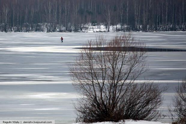 1104 Экстремал перешел Волгу по тонкому льду