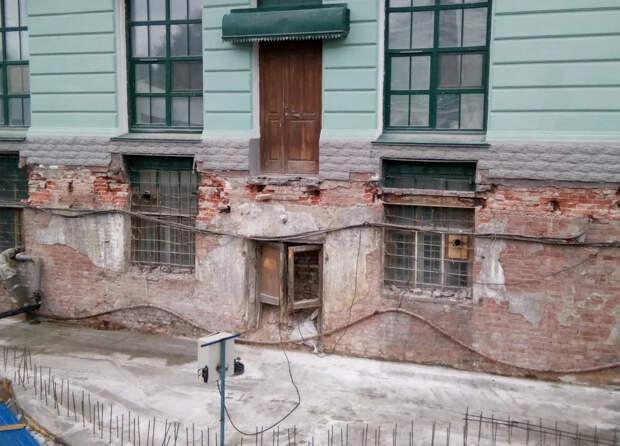 Зимний дворец - настоящее допотопное здание