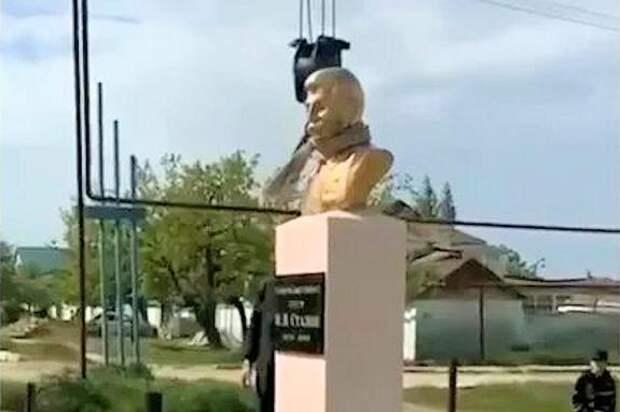 Установили-сняли-обещали вернуть. В Дагестане бюст Сталина стал «яблоком раздора»
