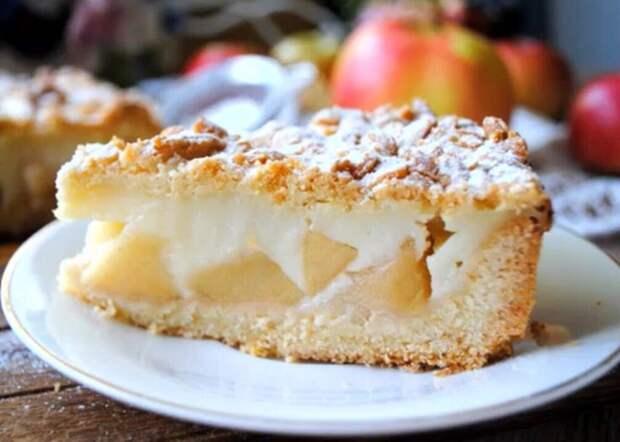 Готовим яблочный пирог из одного крема: смешиваем яблоки с молоком