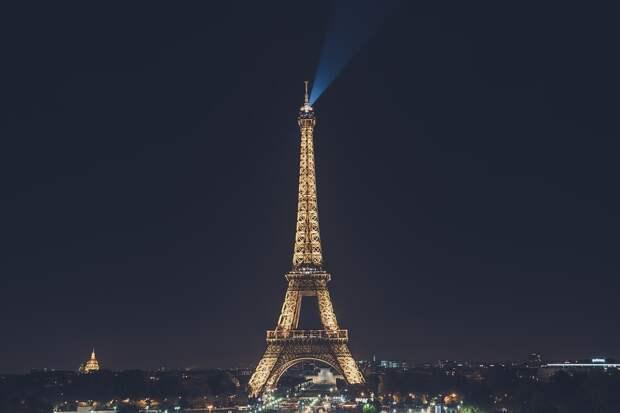 Для напоминания о карантине в Париже используют Эйфелеву башню