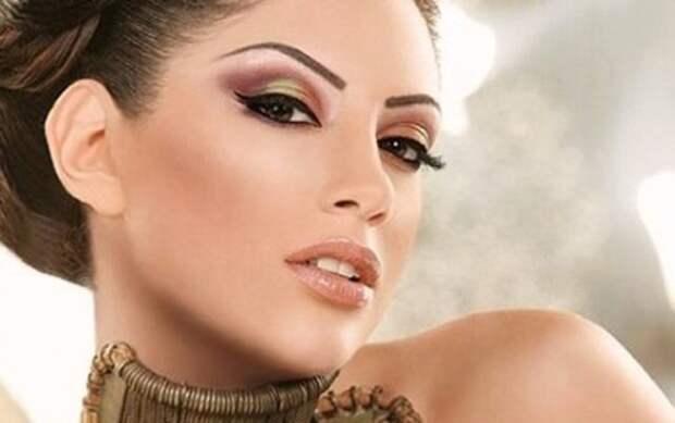 брюнетка с арабским макияжем