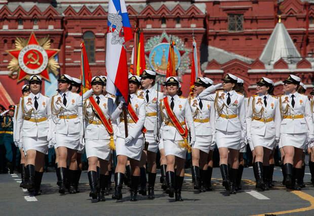 «Армия мини-юбок». Как россиянки в погонах поразили мир на Параде Победы