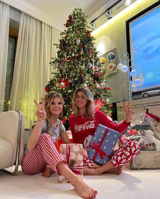 Пижама, пайетки - что еще выбрали российские знаменитости для встречи нового года